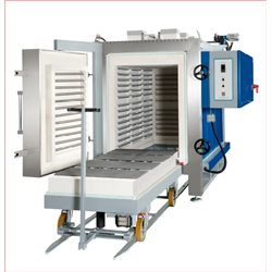 Electrical heated box furnace with extractable bottom